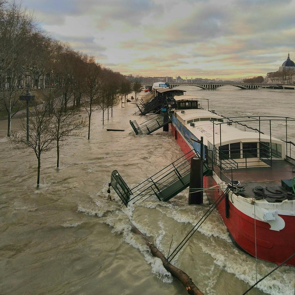 Le Rhône sort de son lit à Lyon